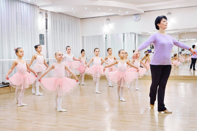 Красивый балерины в шпагате в пачках фото 132-461